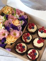 Набор из цветов и капкейков с ягодами
