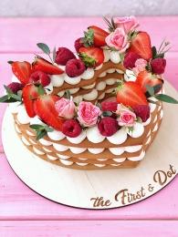 Медовое сердце со свежими ягодами