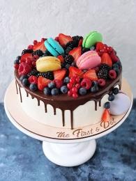 Торт с ягодами и макарон